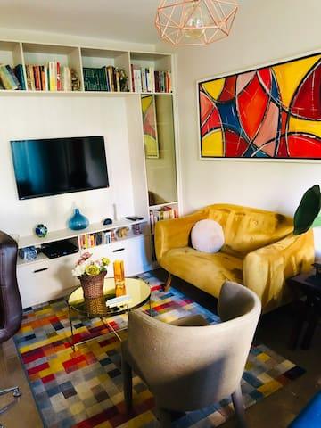 Sala de estar com TV a cabo