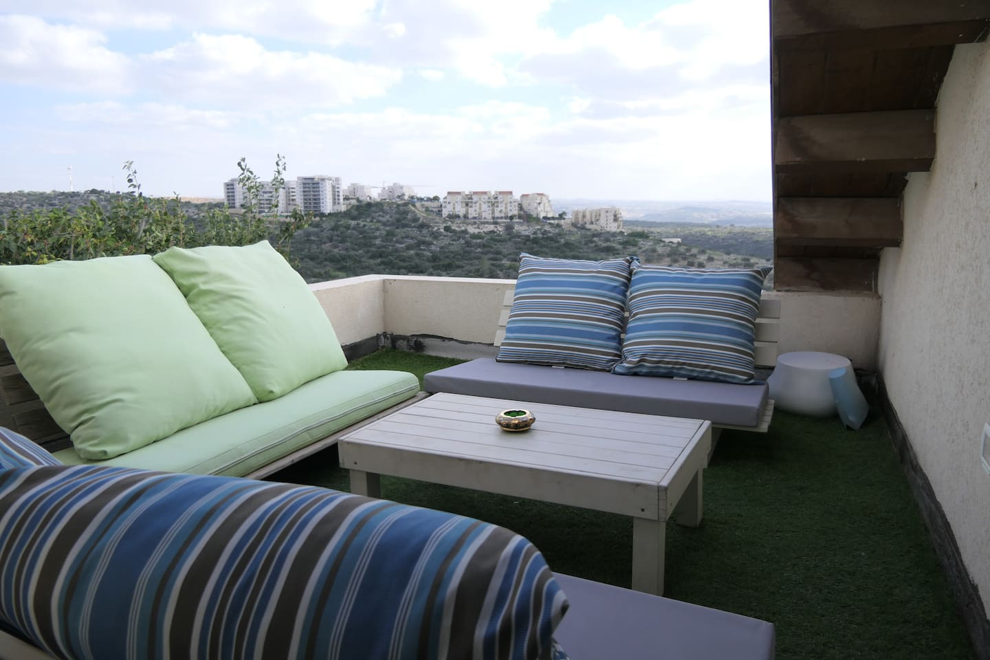 The entrance is through the bedroom, the balcony has an amazing view of many nearby cities and many green areas. Just imagine yourself drinking some hot beverage here...