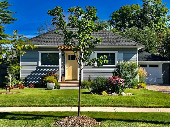 The Charming Cottage~Welcoming West End 1 bedroom