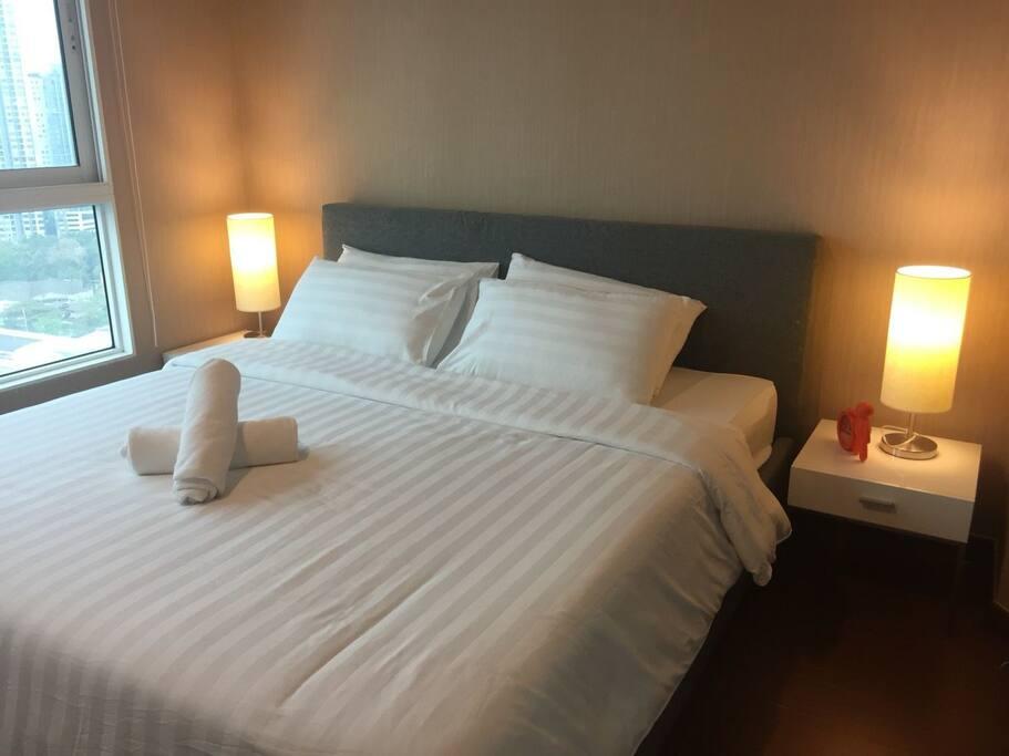 เตียงขนาดคิงไซด์ ที่นอนสะอาด หมอน  4  ใบ ผ้าห่ม พร้อมผ้าเช็คตัว  2  ผืน