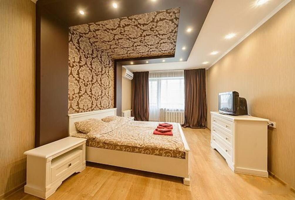 Удобная двуспальная кровать с беспружинным матрасом