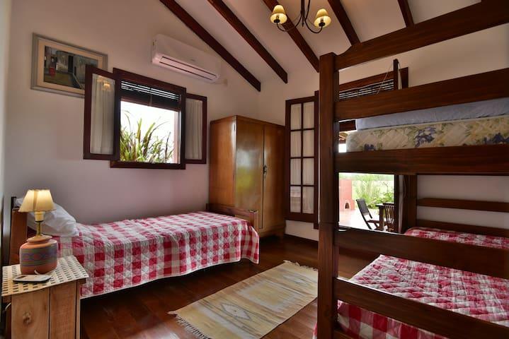 Segundo cuarto con litera, cama individual y una cama marinera.