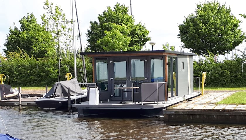 Heeg -  Huisboot 'Heineken' in gezellige haven