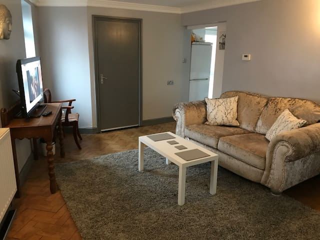 Clarence Studio. 1 bed , 1 bath, kitchen,  patio