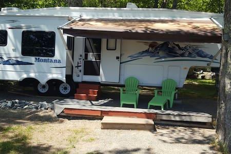Lakeside camping in luxury. - Ellsworth - Wóz Kempingowy/RV