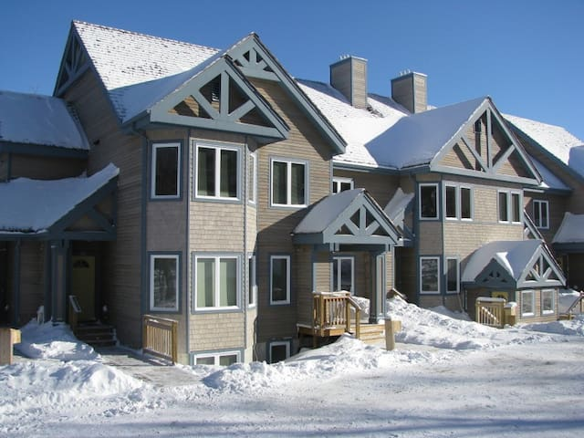 Townshend Ski in / out 2 bed condo