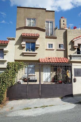 Habitación, todos los servicios en excelente zona - Cuautitlán Izcalli - 一軒家