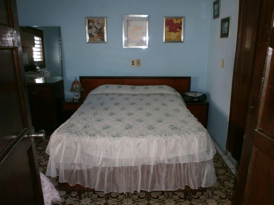Habitación con cama matrimonial y una personal