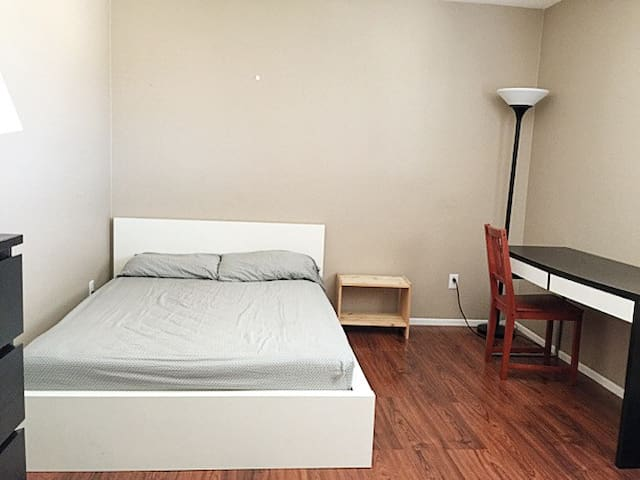 Furnished Room in Quiet Home - Colton - Huis