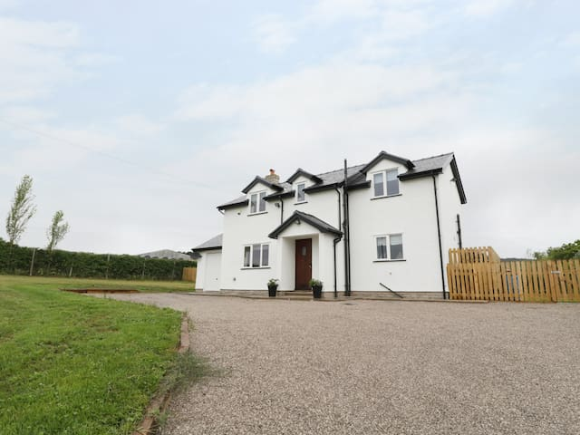 MAES YR HAF, pet friendly, with open fire in Prestatyn, Ref 977874
