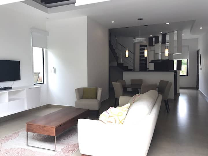 Contemporary town house prime are w/ private pool