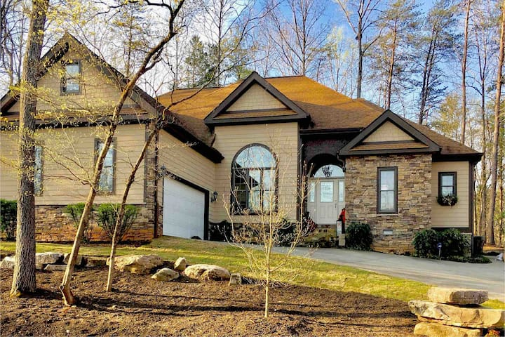 Luxury mountain vacation house  2 miles to TIEC