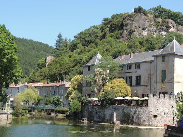 Séjour paisible à Lunas , village pittoresque