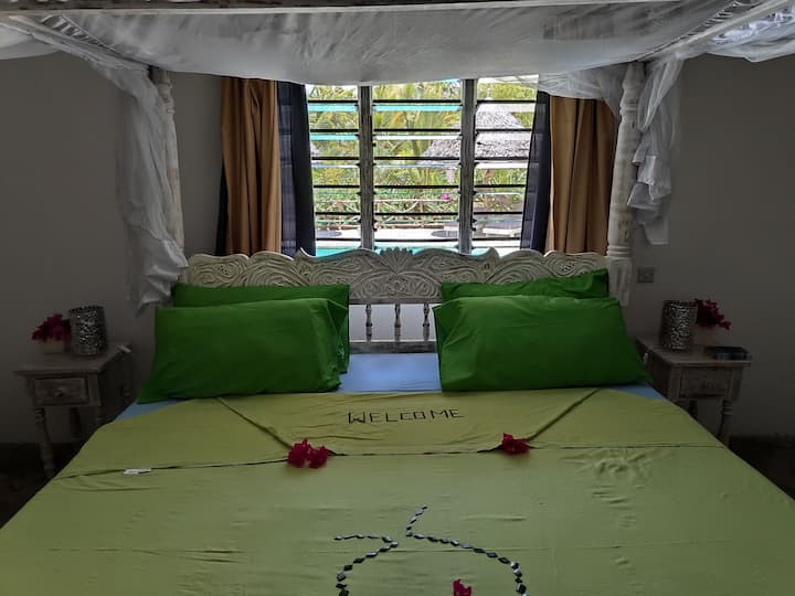 Chumba bwawa, double bedroom overlooking swimming