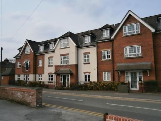Lovely 2 bed 2 bath, near airport - Handforth - Byt