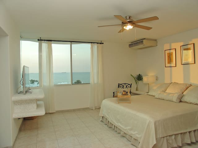 Master Bed - King bed, Ceiling Fan, Aircon, Pool view, Ocean view