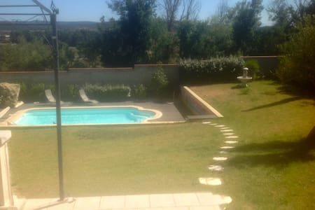 a room in a large garden pool villa - Carcassonne - Villa