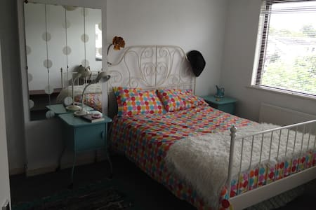 Bright quirky double room beside Newbridge Main St