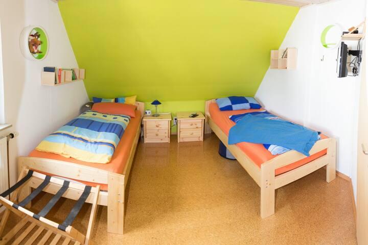 Schlafzimmer mit zwei Einzelbetten, diese können auch zu einem Doppelbett kombiniert werden.