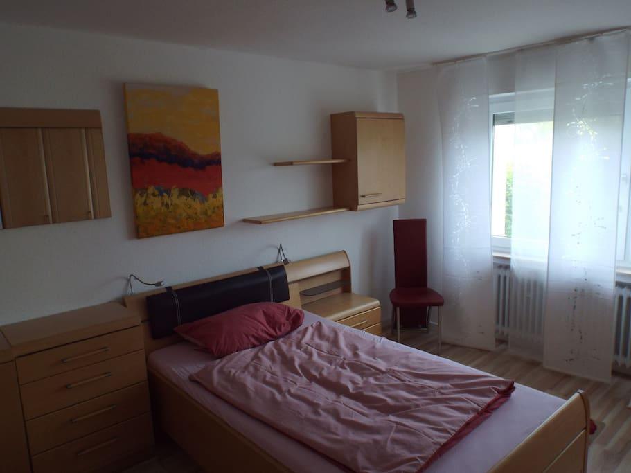 Großes 15qm Schlafzimmer mit 1,20X2,00m Bett. mit Kleiderschrank, Kommode und Hängeschränken.