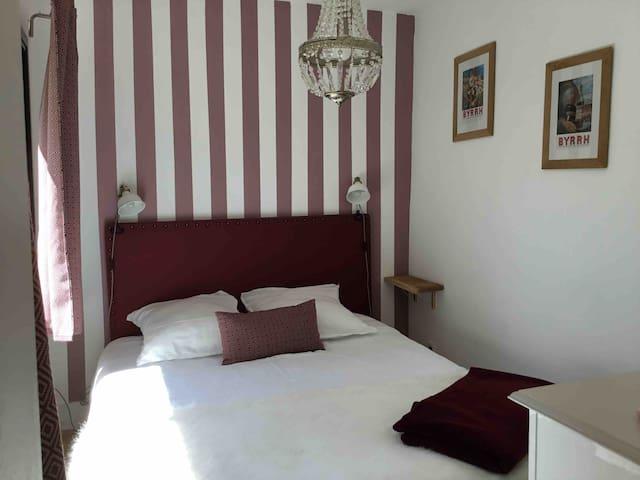 La chambre avec le lit en 160x200
