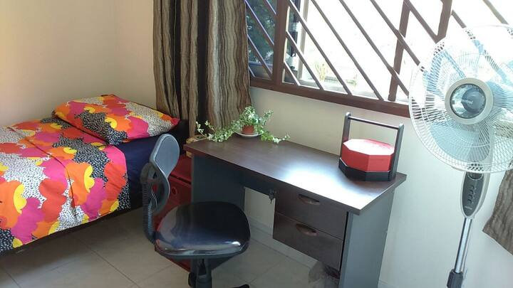 Clean & Cosy Room on MRT Green Line