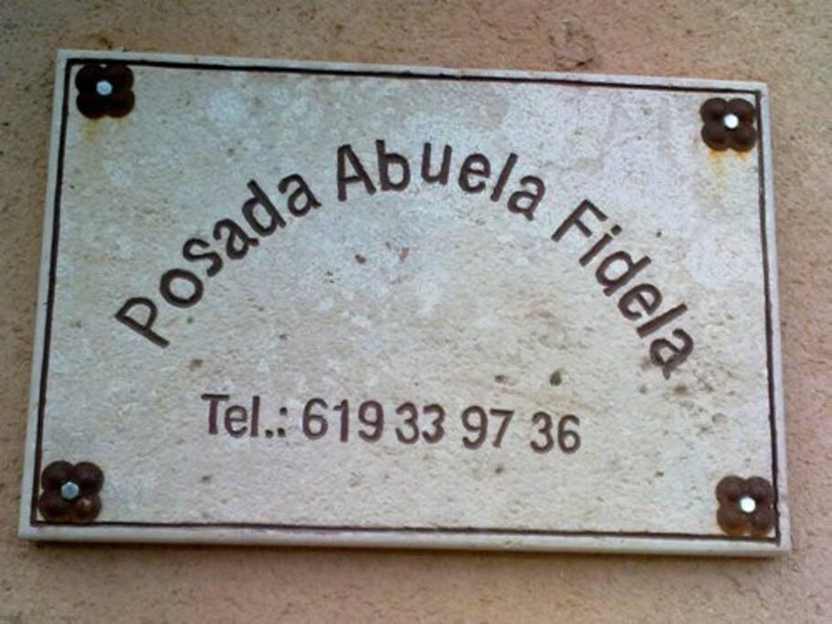 Cartel identificado, situado a la entrada de B&B