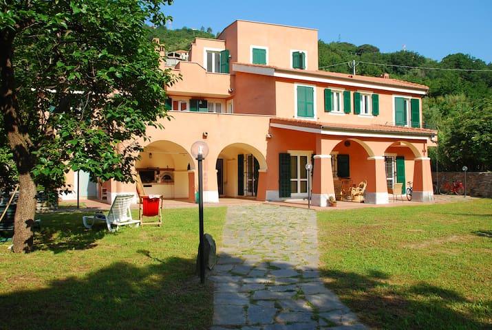 """camera""""Ventagli"""" in villa nel verde - Finale Ligure - Bed & Breakfast"""