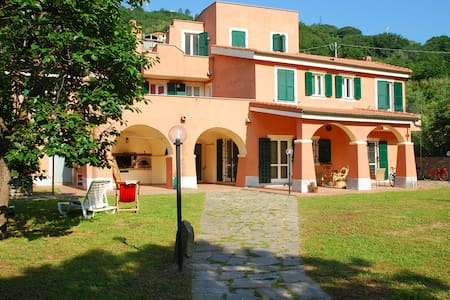 "camera""Ventagli"" in villa nel verde - Finale Ligure - Bed & Breakfast"