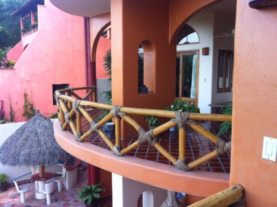 Un balcon exterieur à chaque étage
