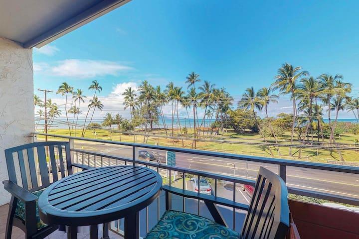 Roomy ocean view unit w/ shared pool in d/t Kihei. Walk to the beach/park!