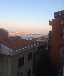 Cihangir'de deniz manzaralı daire - Istanbul