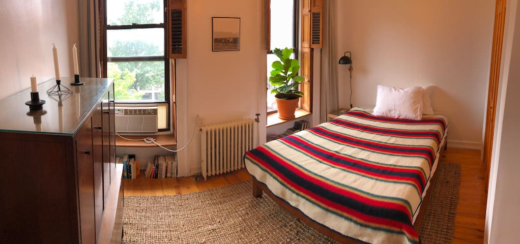 Sunny Room in Bed-Stuy close to everything!