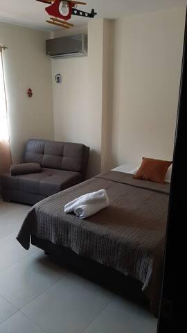 Dormitorio 2 cama de 2 plazas y un sofá  cama