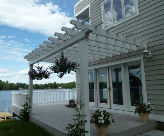 Clean and Green Lakefront Cottage - White Lake - House