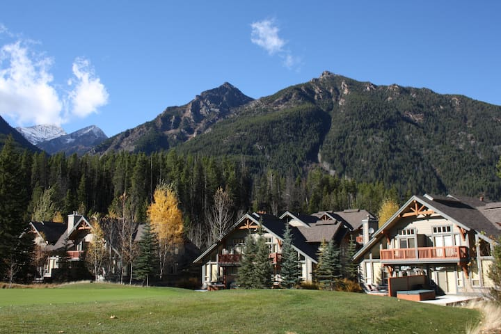 Lone Wolf Chalet Ski-In/Ski-Out & Private Hot Tub! - Panorama - Rumah