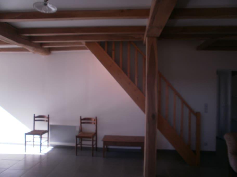 salon et escalier (à votre disposition une barrière de sécurité pour enfants)