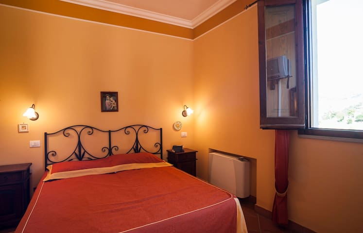 LRT01 Romantic Room in Dependance - San Piero Patti - Bed & Breakfast