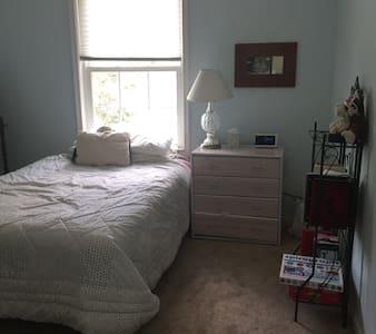 Cozy room in upscale neighborhood - Arlington