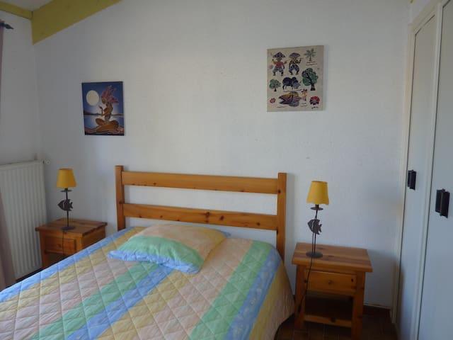 Chambre avec un lit en 140cm