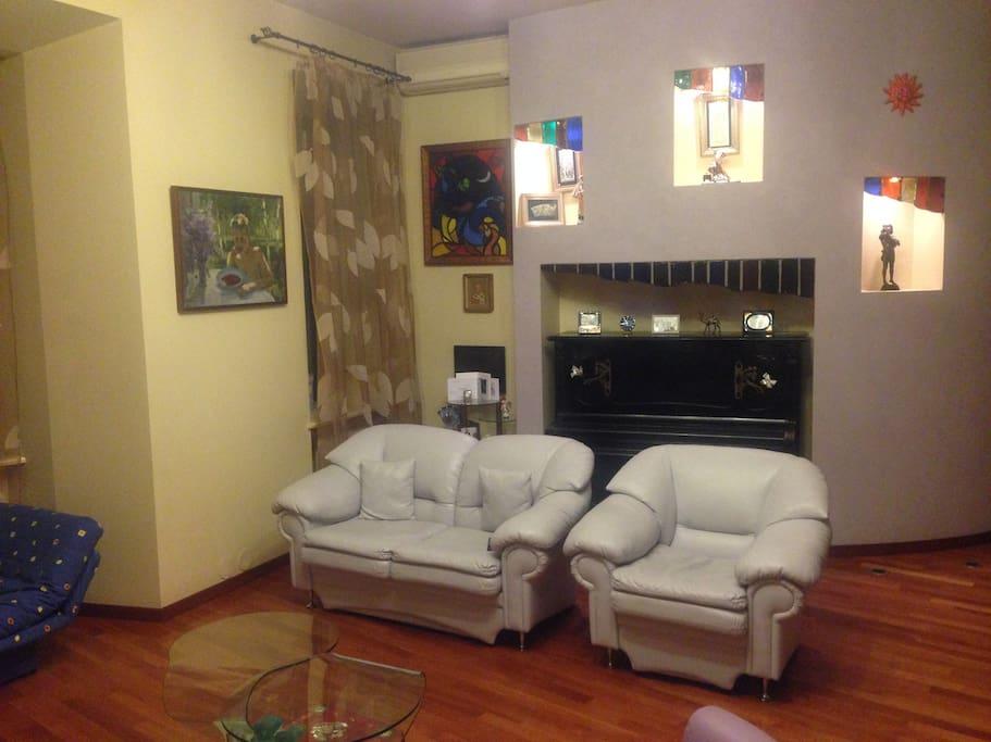 Диван-кровать в гостиной - Sofa-bed in sitting room