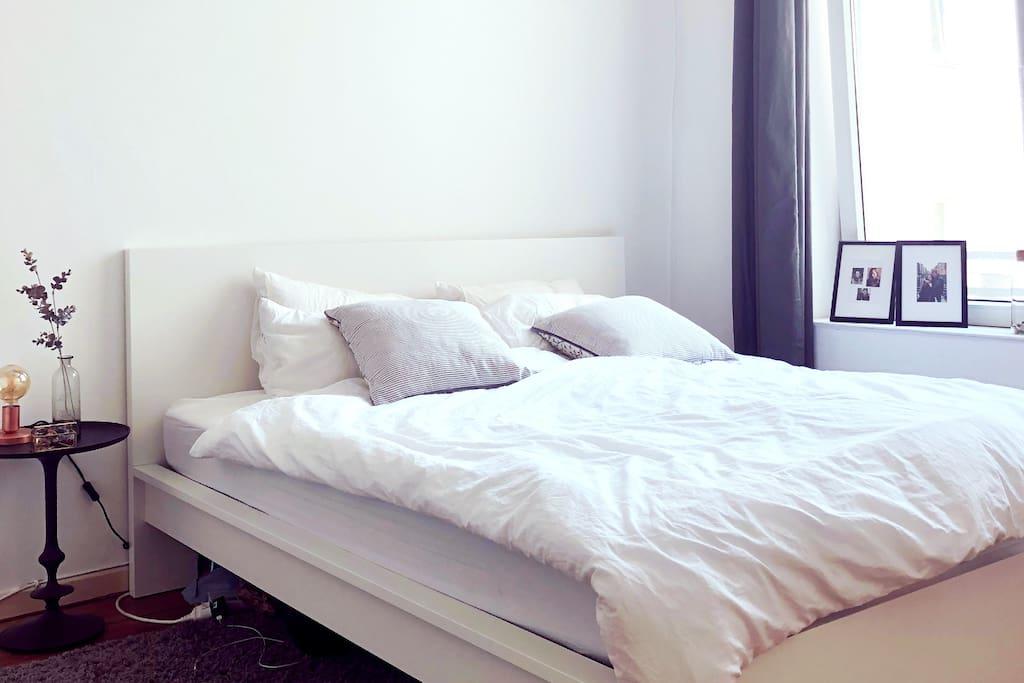 Ein 1.80x 2.00 m Bett wartet auf dich! / A 1.80x 2.00 m bed is waiting for you!