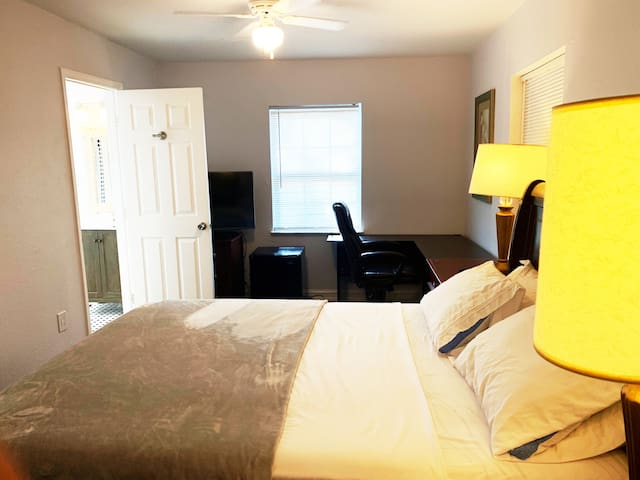 No Fee. Cozy, Private Room & Bath by DT & Beaches