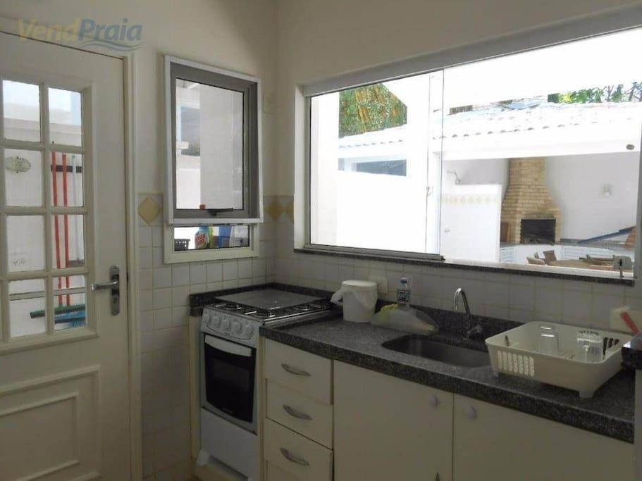 cozinha com vista pra churrasqueira e forno