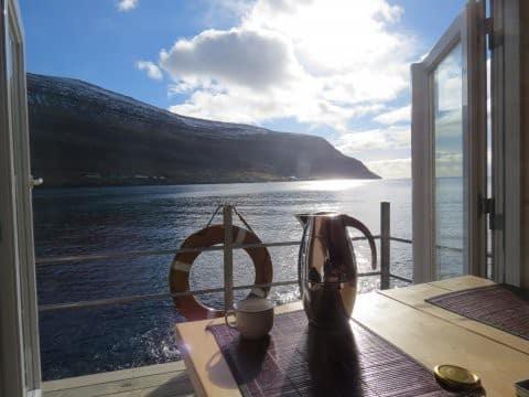Det er fantastisk at vågne en smuk morgen og nyde morgenmaden med denne udsigt