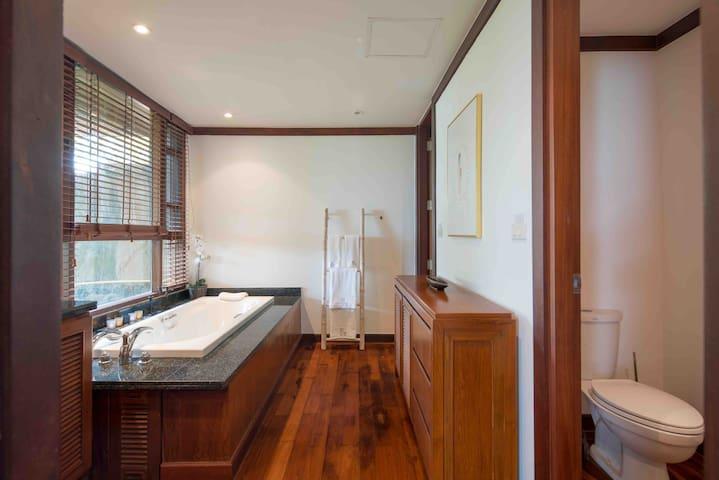 bathroom of 1st floor bedroom1 ,  一层卧室1卫生间