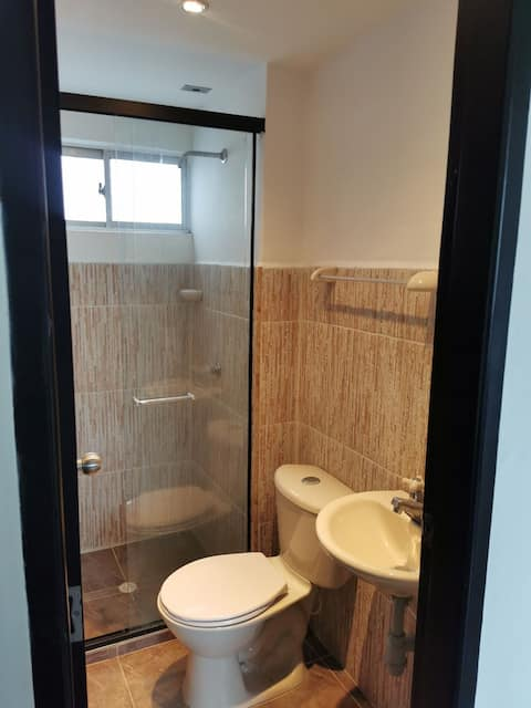 Apartamento sencillo, espacio privado para parejas a 4 cuadras de la terminal