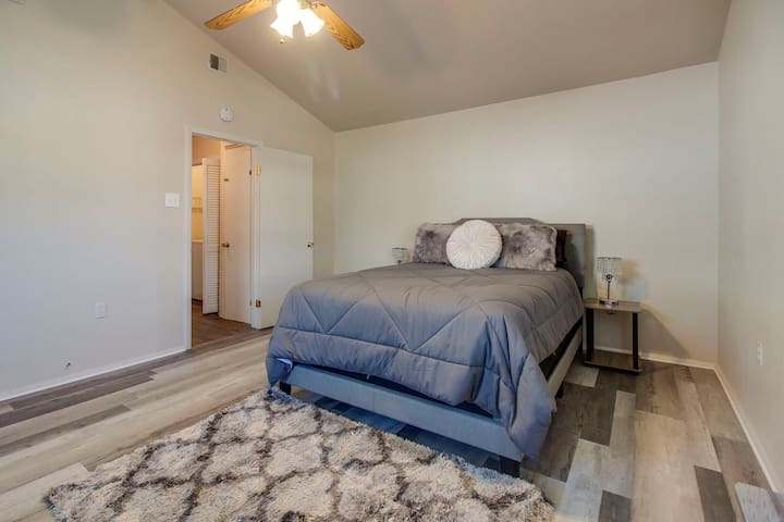 Master Bedroom, Pillowtop queen bed; lamps with charging ports