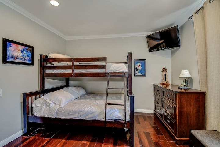 2nd bedroom has queen bed at lower level and single bed on top