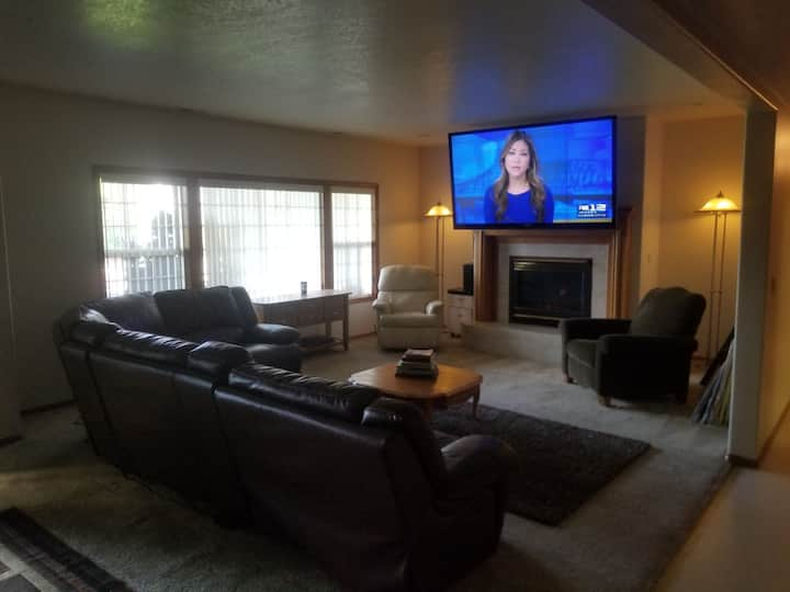 "Amazing Longview Home! 80""TV/ Fireplace/King Bed"